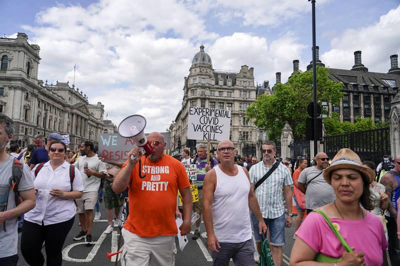 英國原先預計21日解除所有與武漢肺炎(新型冠狀病毒病,COVID-19)有關限制,但因印度Delta變種病毒流行,首相強森(Boris Johnson)週一宣布,延後至7月19日解封,部分民眾不滿上街聚集抗議。示意圖。(美聯社)