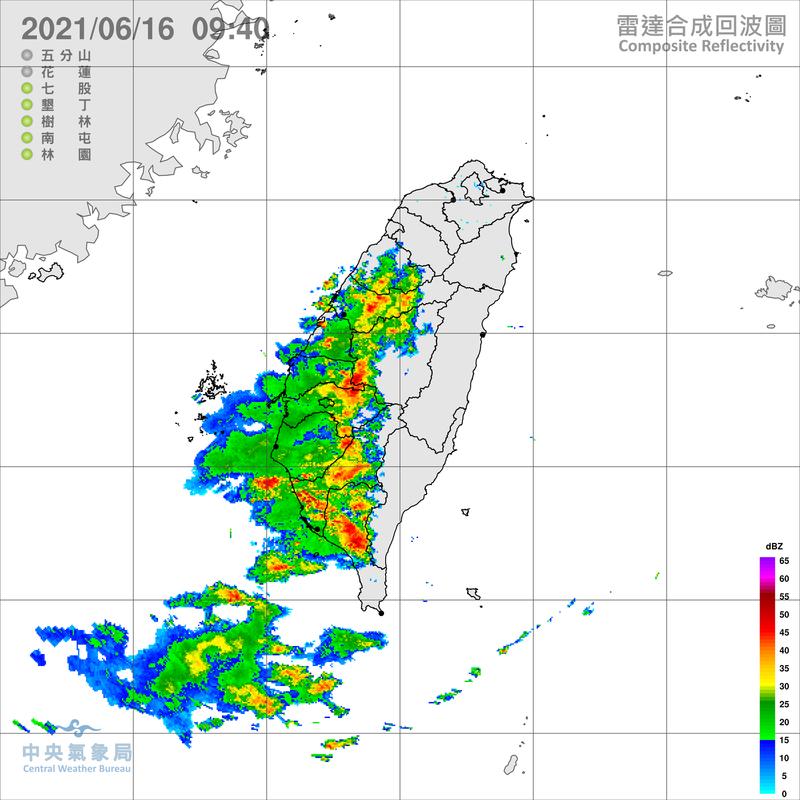 吳聖宇表示,今西南風近岸分流減速堆積再加上陸風環流輻合的雨帶比昨天明顯,南部清晨起就開始下雨。(圖擷自中央氣象局)