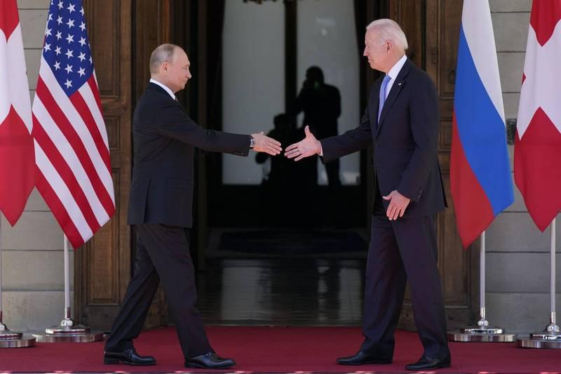 美國總統拜登和俄羅斯總統普廷今天在日內瓦舉行兩人的首次高峰會,會前2人握手致意。(美聯社)