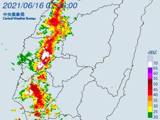 氣象局針對嘉義縣發布「大雷雨即時訊息」。(圖擷取自中央氣象局)