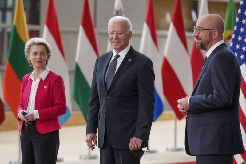 美國總統拜登(Joe Biden,圖中)15日與歐盟執委會主席馮德萊恩(Ursula von der Leyen,圖左)、歐洲理事會主席米歇爾(Charles Michel,圖右)會面。(歐新社)