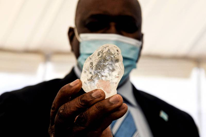 德布斯瓦納今天向波札那的總統馬西西(Mokgweetsi Masisi)展示了這顆鑽石。(法新社)