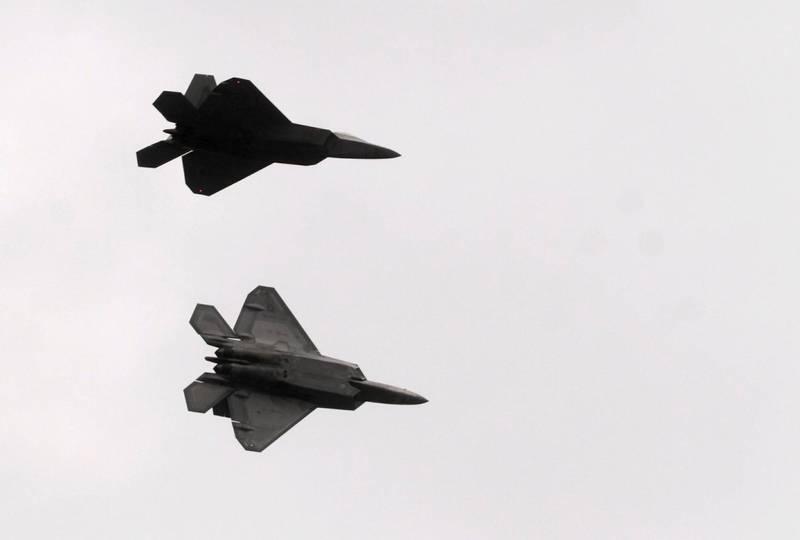 《The Drive》指出,當地時間13日下午,2架F-22猛禽戰鬥機突然應聯邦航空總署要求起飛執勤,但事後美國空軍及航空總署都對執勤原因三緘其口。(歐新社)