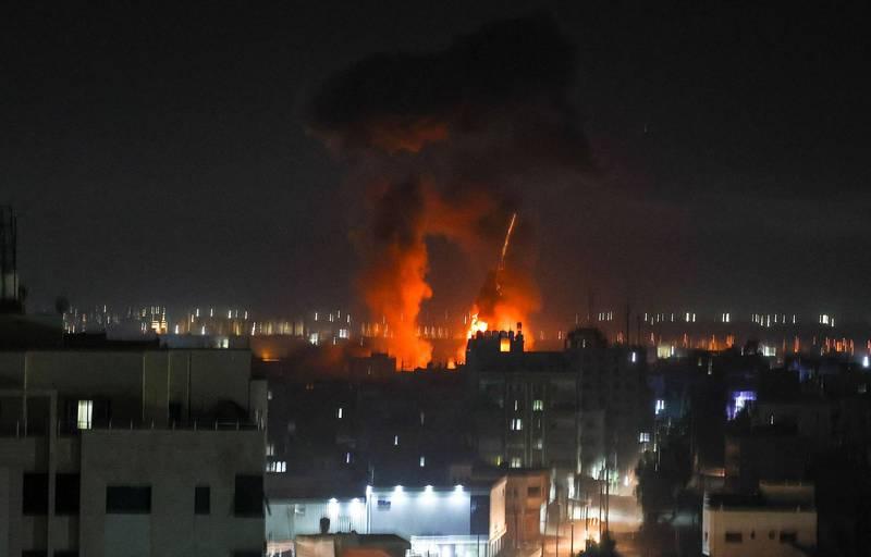 遭攻擊的加薩,在夜空下烈焰沖天。(法新社)