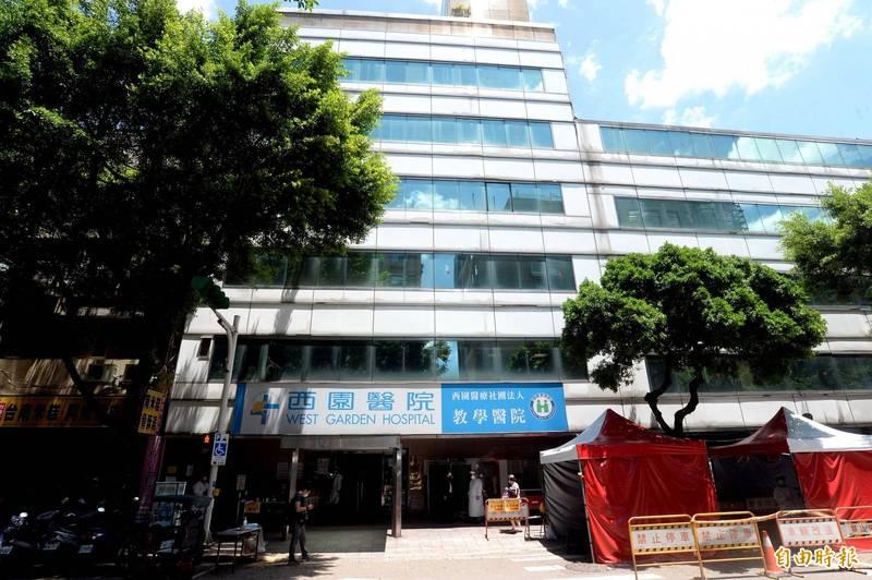 台北市萬華區西園醫院今天開始打疫苗時間竟一連改3次,爆發爭議。(記者林正堃攝)