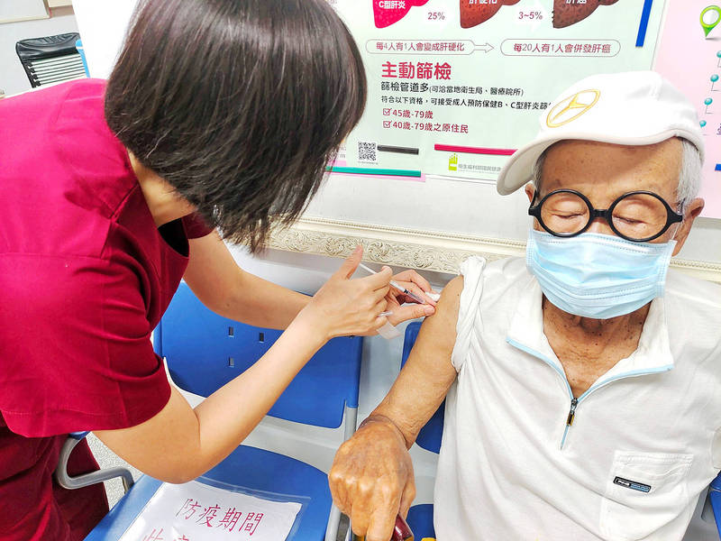 Veteran actor Chen Bing-nan receives an AstraZeneca COVID-19 vaccination at Luye Township Health Center in Taitung County on Tuesday. Chen later reported that he had a slight fever yesterday morning, but had recovered by midday. Photo courtesy of Chen Bing-nan via CNA