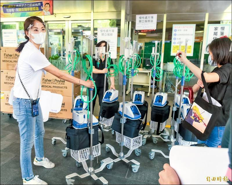 藝人、企業相繼發揮愛心捐出「高流量氧氣鼻導管全配系統(HFNC)」到各大醫院,中央流行疫情指揮中心日前購買的500台HFNC也陸續配送。(資料照)
