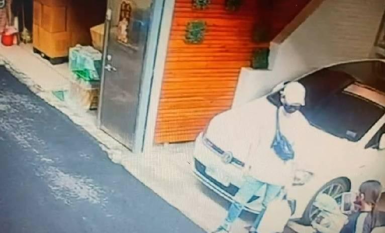 梁男(戴白帽者)身影被監視器拍下。(民眾提供)