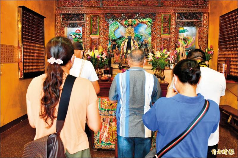武肺確診案例4777家人隔離結束後,到廟宇祈求平安。(記者蔡宗憲攝)