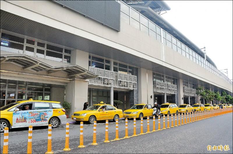 屏東火車站計程車排班縣籍計程車並沒有優先權。(記者葉永騫攝)