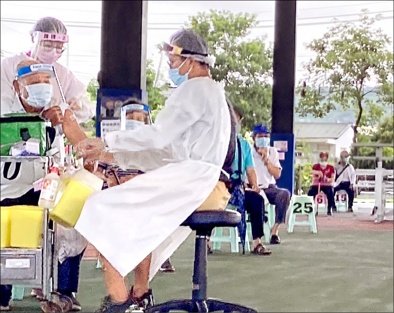 醫護人員為民眾施打疫苗。(記者顏宏駿攝)