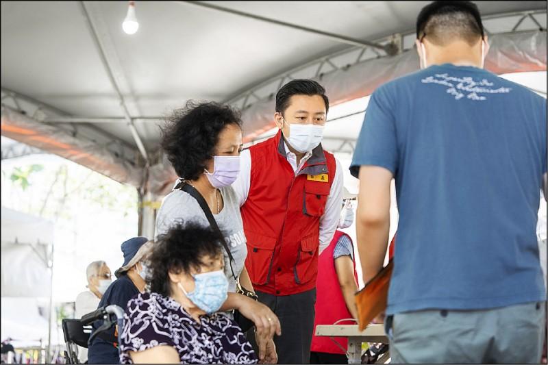 新竹市獲配的1.1萬劑疫苗昨天全部施打完畢,市長林智堅表示,此次總計施打1萬2215人,80歲以上長輩接種率為63%。(新竹市府提供)