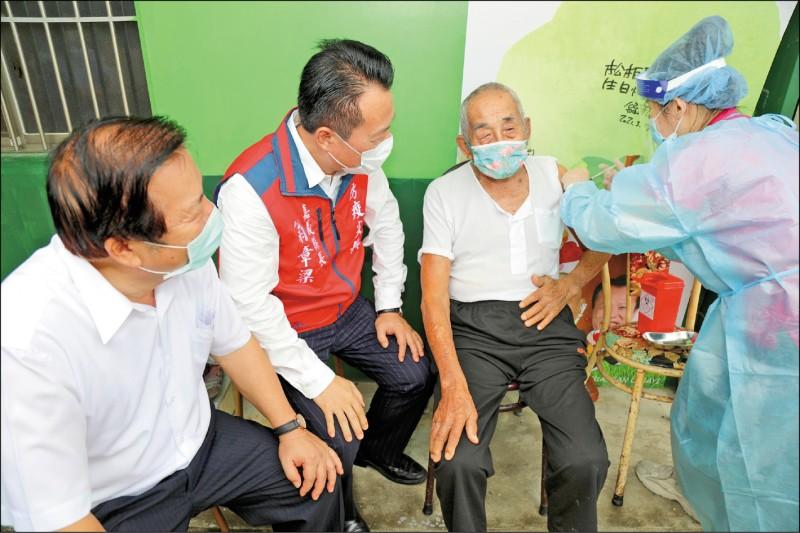 嘉義縣長翁章梁(左二)探視102歲人瑞陳火成接種疫苗情形。(記者林宜樟翻攝)
