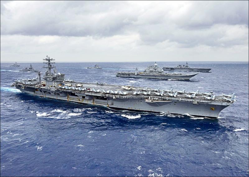 美國媒體披露,美國國防部打算在太平洋地區成立常設海軍部隊。圖為二○一七年參加印度洋多國聯合演習的美國海軍航空母艦「尼米茲號」,以及日本與印度艦艇。 (法新社檔案照)