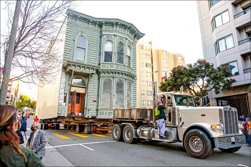 舊金山一間百年老屋被移往新址。(路透檔案照)