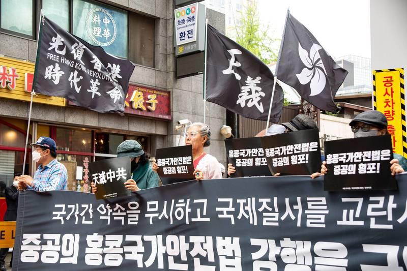 2020年7月,大批南韓示威者在中國駐首爾大使館前抗議中國在香港強推國家安全法。(歐新社檔案照)