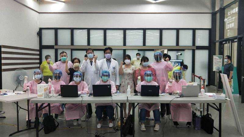 衛生福利部基隆醫院醫護團隊,為基隆港務相關人員接種疫苗。(衛生福利部基隆醫院提供)