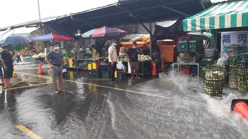 台南永康中華路地下箱涵因工程封閉,現排水全靠抽水機組。(圖由民眾提供)