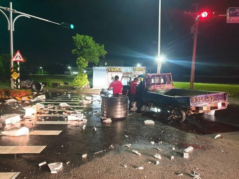 嘉市高鐵大道今天清晨發生車禍,現場魚貨散落一地。(記者丁偉杰翻攝)