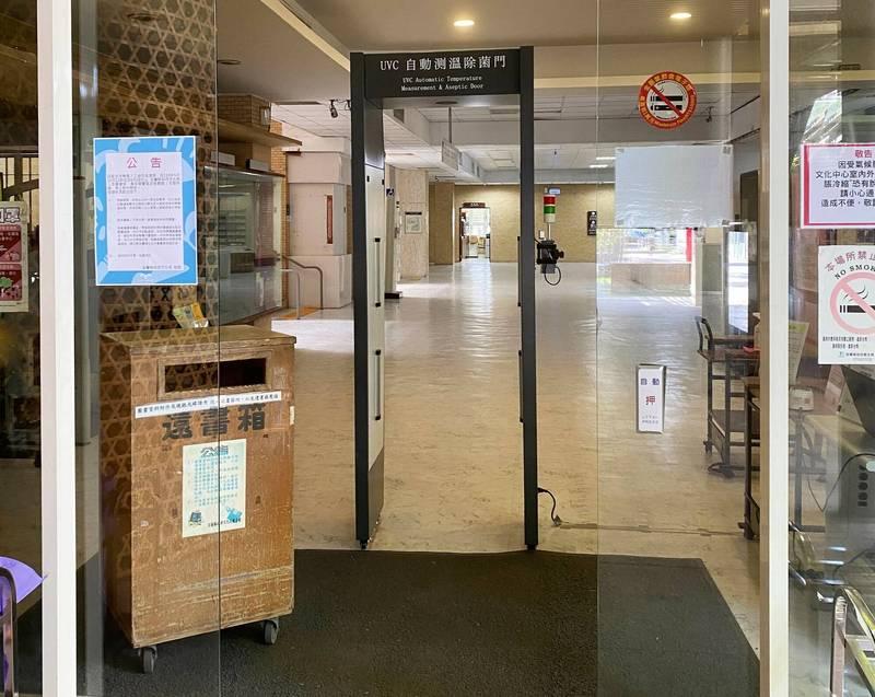 因應三級警戒,宜蘭縣公立圖書館不對外開放,預約借書、還書期限延至解封開館後兩周;不過還書箱仍照常使用,想提早還書的民眾可多加利用。(宜蘭縣政府提供)