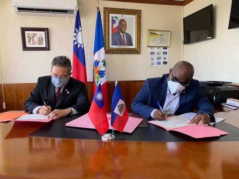 在海地「武漢肺炎」疫情更加嚴重之際,台灣持續資助海國「經濟社會救助基金」(FAES)所推動的「救助人民」(KORE PEP)社會救助計畫,以協助海地最弱勢族群度過難關。圖為我駐海地大使古文劍6月代表簽署文件。(取自海地大使館臉書)