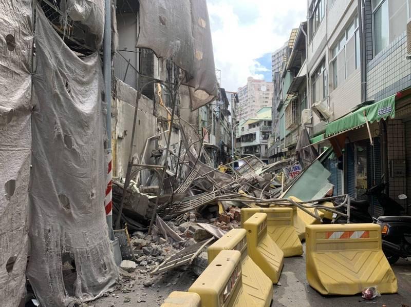高雄舊今日戲院外牆再傳倒塌,3戶民宅受波及。(讀者提供)
