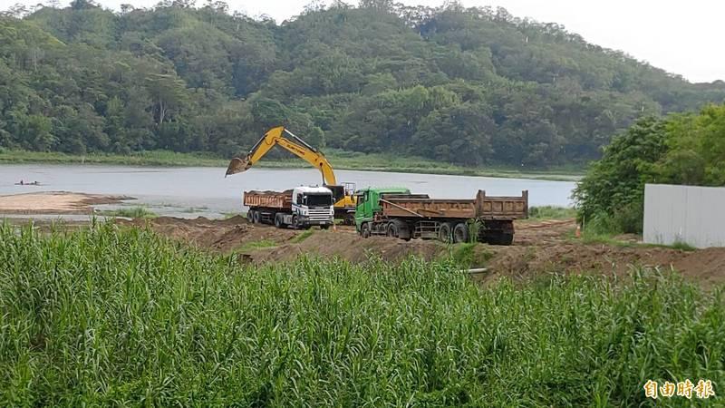 苗栗縣頭屋鄉明德水庫清淤工程,因水位上升,無法再施工,階段性任務完成。(記者張勳騰攝)