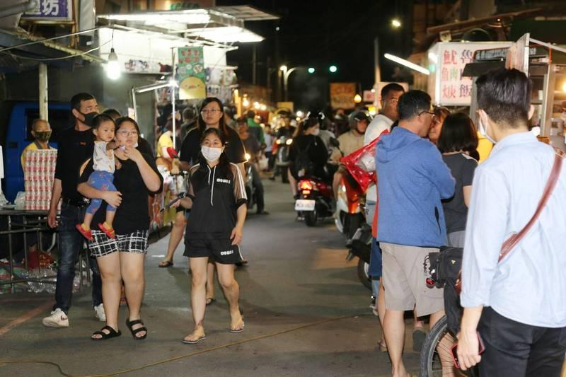 先前嘉義縣市還未禁止夜市營業時的情形。(記者林宜樟翻攝)