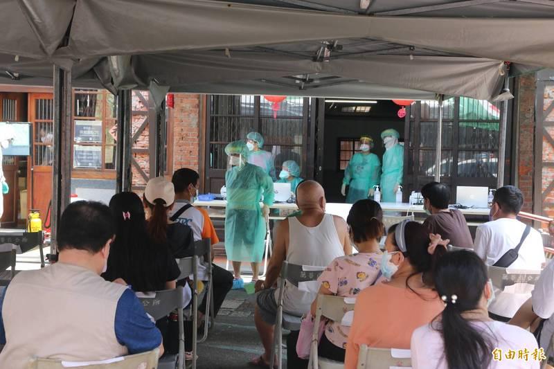 台北市長柯文哲說,經過一個月努力消滅疫情,萬華已不再是熱區,剝皮寮快篩站近日會「功成身退」,改為疫苗注射站。(記者鄭名翔攝)