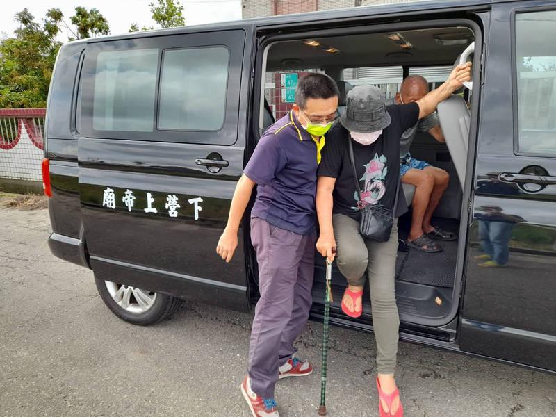 接送長者打疫苗的下營上帝廟專車司機曾冠松(左),只想讓長者願意出門快接種獲得保護。(下營區公所提供)