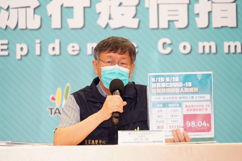 台北市長柯文哲呼籲長輩,千萬不要提早來,時間到再去,「坦白講太早來,還要準備帳篷伺候你,準備教室開冷氣給你」。(北市府提供)