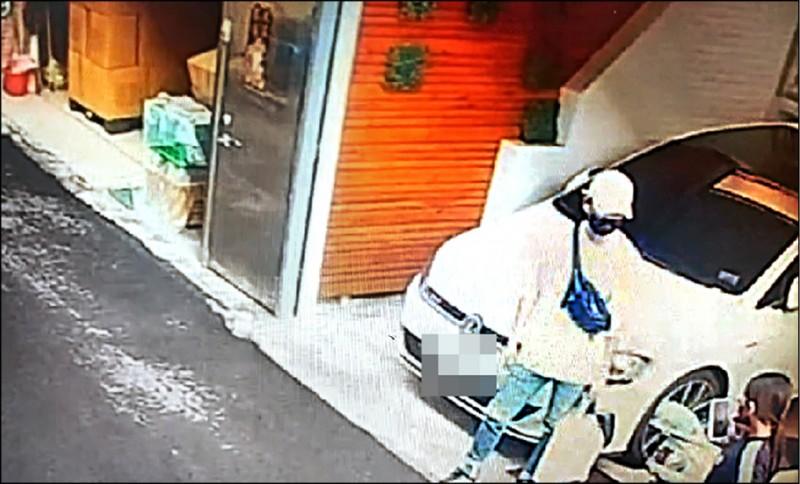23歲義務役軍人梁偉強(戴帽者)與王姓女子(下方黑衣女)談判要求復合被拒,持槍朝王女開槍,王女送醫不治。(記者林宜樟翻攝)