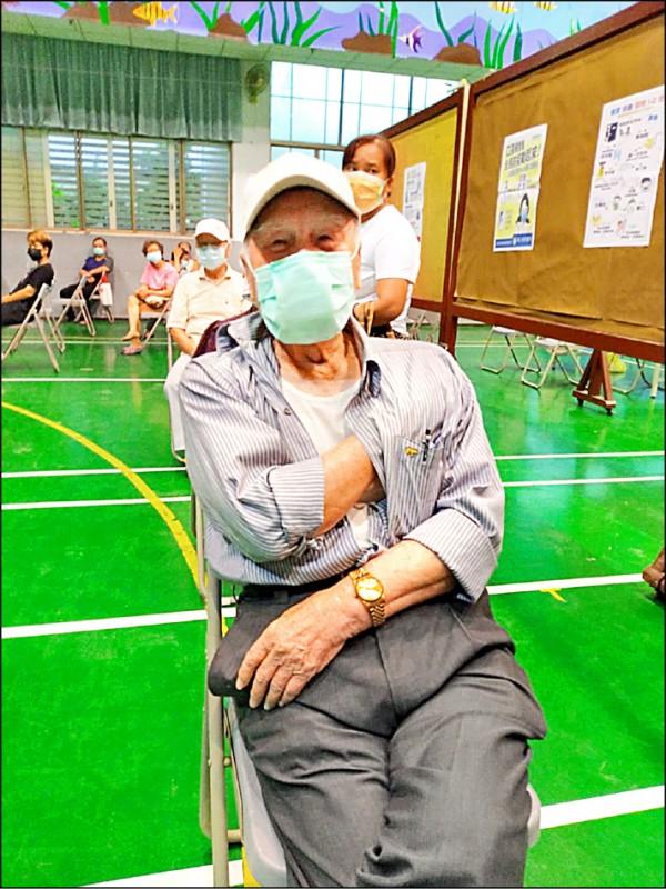 潭子區百歲人瑞何礎南到潭子國小快打站施打疫苗,他表示,因自己年輕時打籃球,身體十分硬朗。(民眾提供)