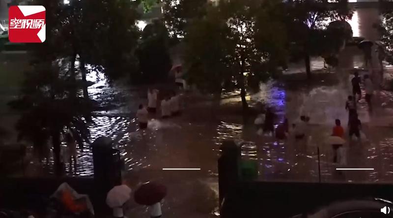 中國河南13日降下暴雨,許多地方變成水鄉澤國,當地一處高中也積水及膝,學生樂得打起水仗。(圖翻攝自微博)