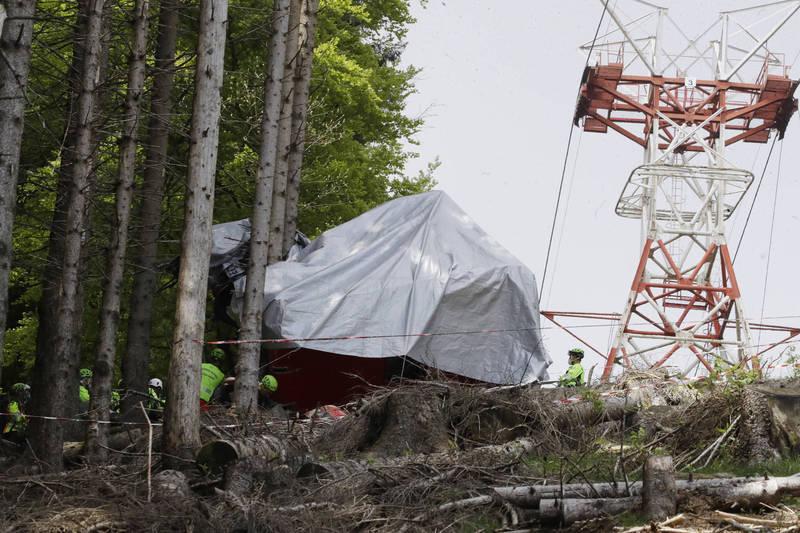 義大利北部5月23日發生纜車墜毀山谷,造成14名乘客不幸身亡,僅有一名5歲男童倖存。(美聯社)