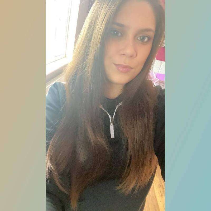英格蘭1名22歲女子吉姆森(見圖)因童年陰影引發罕見疾病「嘔吐恐懼症(Emetophobia)」,已長達2年足不出戶。(圖擷取自Kiera Jimson臉書)