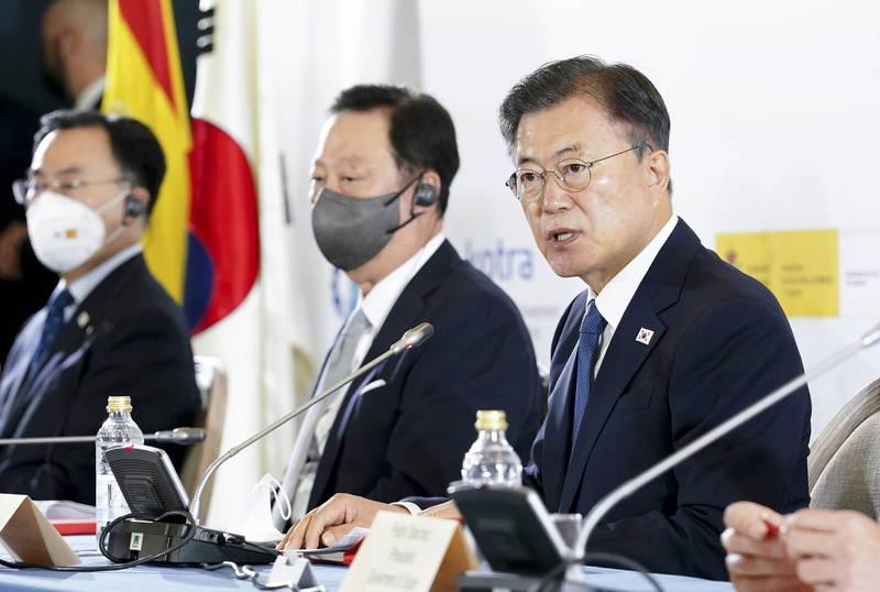 南韓總統文在寅(圖右)昨造訪西班牙馬德里,並參與商業論壇。(歐新社)