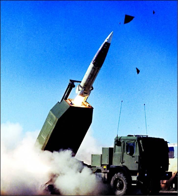 根據國防部今天發佈的軍購決標案公告指出,台美已簽署完成「遠程精準火力打擊系統」及「飛彈乙批」,兩案的金額合計達到台幣487億餘萬元,也代表台美重大軍購案已簽約生效,現正進行履約階段。傳出「遠程精準火力打擊系統」就是「海馬斯」(HIMARS)多管火箭系統及「陸軍戰術飛彈系統」(ATACMS)。(圖取自美國陸軍官網)
