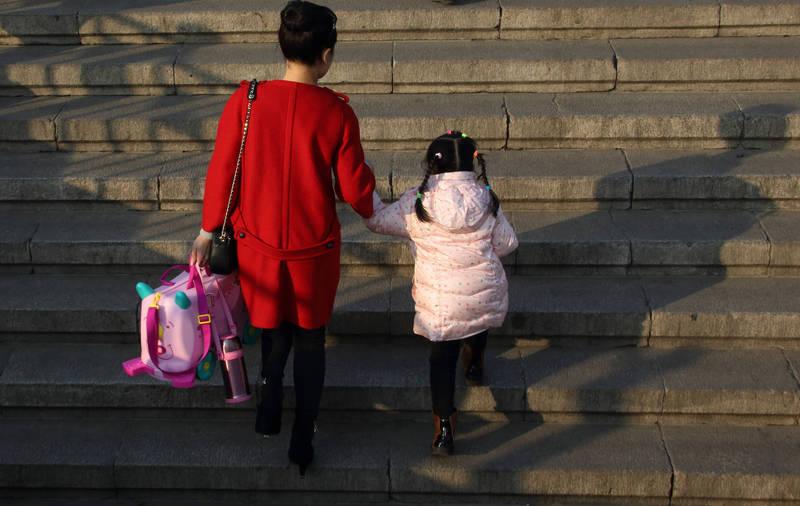傳宗接代是各大文化中的傳統核心價值觀,不過近年來愈來愈多人傾向不生小孩。(彭博)