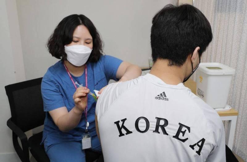 南韓預計83.5萬劑AZ疫苗6月底要到貨,卻將延遲一個月,原計畫7月要接種AZ第二劑的76萬人,將改接種輝瑞疫苗。(歐新社)