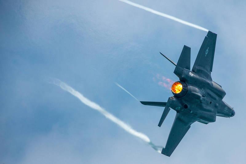 義大利空軍2架F-35A匿蹤戰機於11日首度於愛沙尼亞附近空域遭遇俄羅斯Su-30戰機以及An-12運輸機,但無功而返,並遭對方逼退;不過昨日義F-35A戰機與北約夥伴順利攔截經過的俄羅斯Tu-160轟炸機,扳回一城。圖為美軍F-35A戰機。(路透)