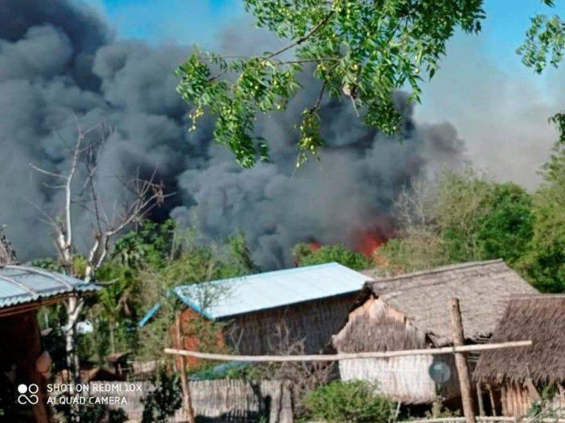緬甸中部村莊清馬(Kin Ma)遭軍方襲擊,兩名老人因跑不了被活活燒死。(路透)