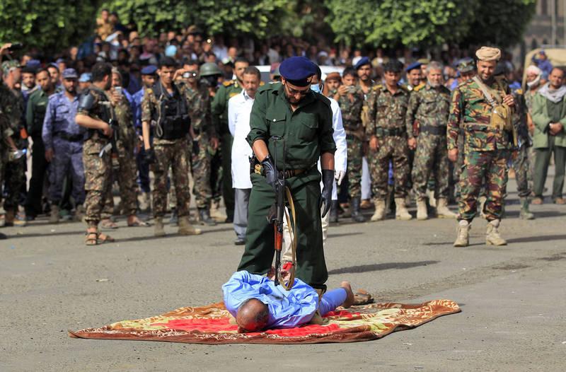 葉門叛亂組織「青年運動」在首都沙那公開槍斃囚犯,過程數百人圍觀。(法新社)