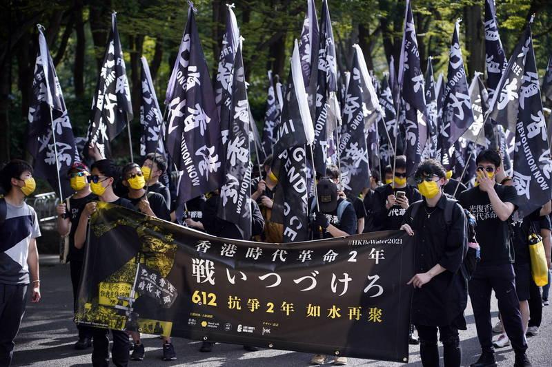 林飛帆表示,香港情勢更加惡化,國安法施行、香港立法會民主派議席DQ、總辭、無數人入獄、香港選制被改。圖為日前在日本聲援香港的遊行。(歐新社)