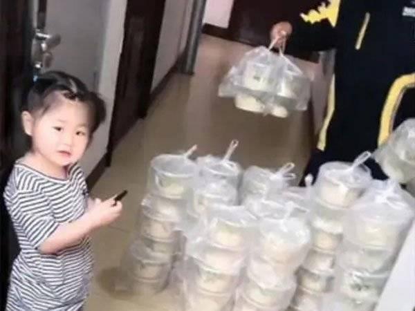 中國吉林1名4歲女童點外送多按2個0,送來滿屋炸醬麵。(圖取自微博)