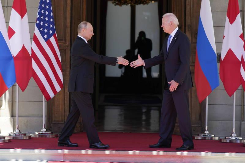 美國總統拜登(圖右)與俄羅斯總統普廷16日在瑞士日內瓦舉行雙邊會談,兩階段會談約3小時就結束,會後兩人也發表聯合聲明,重申對武器管控及減少風險的承諾,並強調核戰中不會有人獲勝、永遠不能爆發。(美聯社)