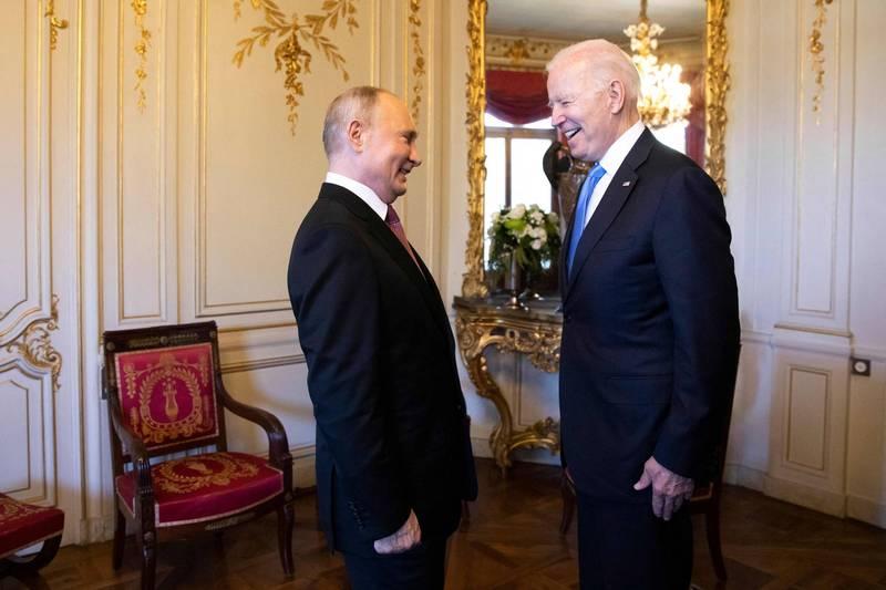 俄總統普廷(左)與美總統拜登(右)於瑞士召開峰會。(法新社)