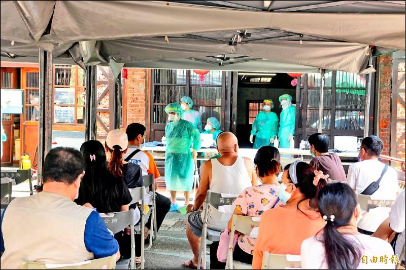市長柯文哲表示,經過一個月努力消滅疫情,萬華已不再是熱區,剝皮寮快篩站近日會「功成身退」,將改為疫苗注射站。(記者鄭名翔攝)