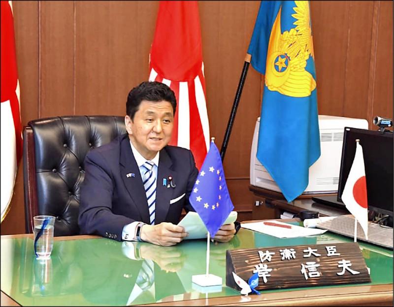 日本防衛相岸信夫十七日首度在歐洲議會小組委員會發表演說時,再度強調「台灣安全對國際社會極為重要」,並直接點名批評中國「執意片面改變現狀」。(取自日本防衛省臉書)