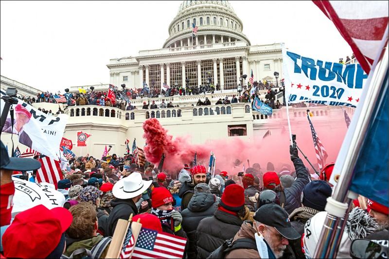 大批川普支持者1月6日在一場抗議選舉結果的集會中包圍並攻入國會山莊。(彭博檔案照)